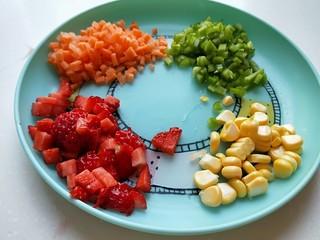 花样四喜蒸饺,用四种点缀,草莓切丁,胡萝卜切丁,菜椒切丁,玉米粒。