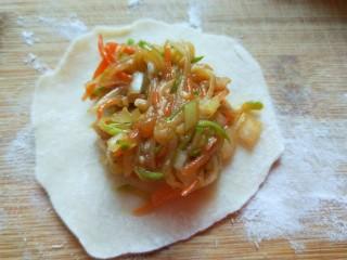 花样四喜蒸饺,擀成皮装上饺子馅料。