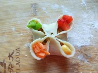 花样四喜蒸饺,在装入四种丁点缀就做好了。
