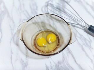 十分钟就出炉的快手早餐,比铜锣烧好吃,比松饼简单,营养还翻倍,首先把鸡蛋敲入大口器具中,用手动打蛋器将鸡蛋打散。(我选用的草鸡蛋,比较小,所以我用了两只,约65g)