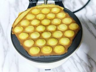 十分钟就出炉的快手早餐,比铜锣烧好吃,比松饼简单,营养还翻倍,噔噔噔~香港鸡蛋仔登场,(如果觉得颜色不够的话,可以翻个面再烤一会。)