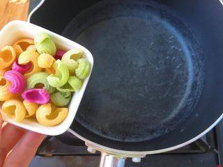 猪肝瘦肉圈圈面,起锅做水,待锅中冒小气泡时倒入圈圈面