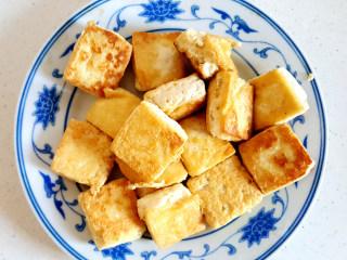 ~毛豆臭豆腐,盛入盘中。
