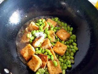 ~毛豆臭豆腐,放一点生抽酱油,少许糖。