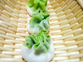 翡翠白玉蒸饺,包好放锅里蒸10-15分钟