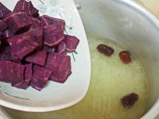 养颜营养早餐,糯耳炖出浓浓胶质时放入紫薯