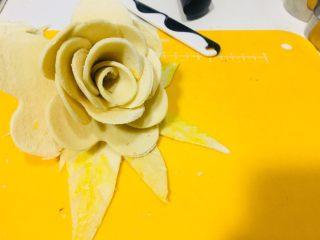 空气炸锅版玫瑰吐司,刷上蛋液