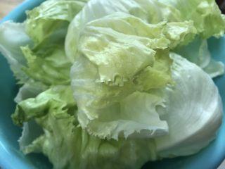好吃的轻食水煮菜,蒜蓉淋生菜,完整剥开,洗净备用。