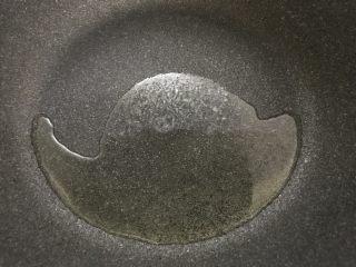 好吃的轻食水煮菜,蒜蓉淋生菜,中火,炒锅倒入油。