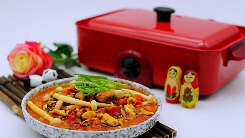 家常小炒白玉菇番茄青口肉,把做好的小炒白玉菇番茄青口肉盛到器皿里、就可以享用美味了