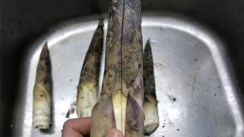 油焖笋  ,首先把买来的笋剥去外面的笋壳。教你一个快速剥笋的窍门,就是先用刀在笋上这么划上一刀,沿着刀口直接就可以把整个笋壳剥下来了,不用再一层层地剥。
