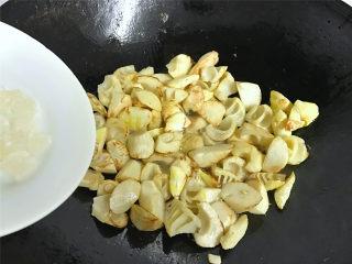 油焖笋  ,加入冰糖炒匀。