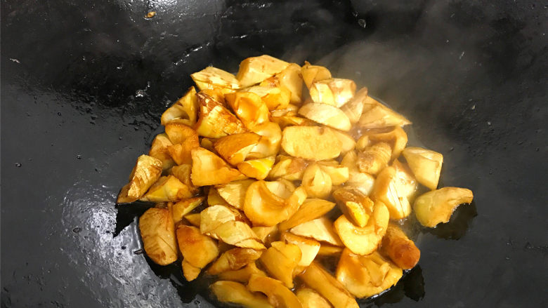油焖笋  ,改中小火焖烧,中间要用铲翻炒下以防粘锅。