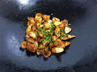 油焖笋  ,焖炒至汤汁浓稠收汁,撒上香葱碎即可出锅。