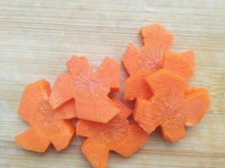 亲手为你做汤羹――营养美味的排骨玉米汤,将每个侧面取出长条的萝卜切片,这样就做成了美丽的花形。