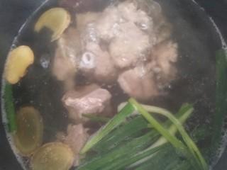 亲手为你做汤羹――营养美味的排骨玉米汤,将上面的浮沫撇掉或者换水继续煮,我是又重新换水煮的,小排变色后再煮三到五分钟就可以了。