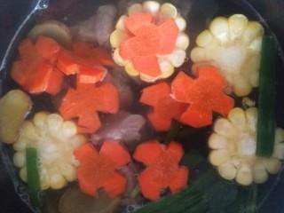 亲手为你做汤羹――营养美味的排骨玉米汤,水开后放入玉米和萝卜。