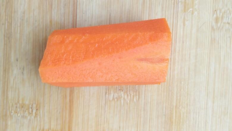 亲手为你做汤羹――营养美味的排骨玉米汤,取出洗净的萝卜。