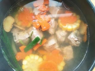 亲手为你做汤羹――营养美味的排骨玉米汤,小火煮开后再闷十五分钟。