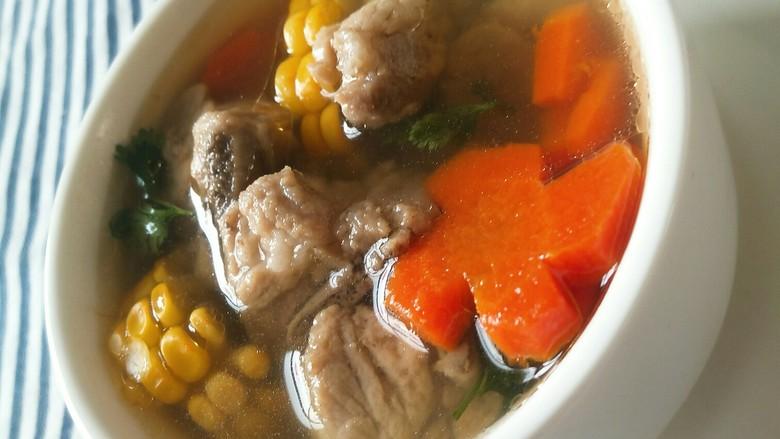 亲手为你做汤羹――营养美味的排骨玉米汤,装碗撒上香菜叶。