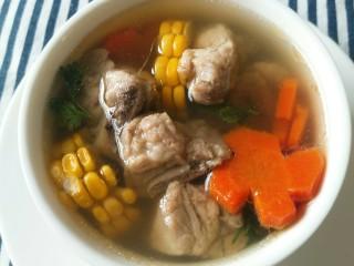 亲手为你做汤羹――营养美味的排骨玉米汤,成品。