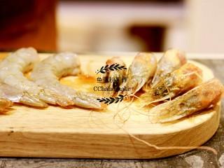 蔬菜鲜虾天妇罗,大虾洗干净,去壳,切出虾头。去掉眼珠,剔除虾肠。南瓜、紫薯,洗净切片。香菇去头,对半切。