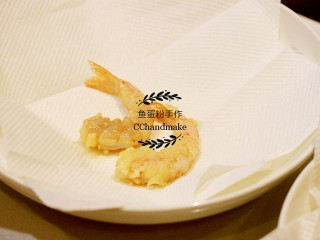 蔬菜鲜虾天妇罗,捞出的天妇罗用厨房纸吸一下油,然后上碟,吃时蘸酱。