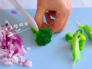 南瓜海鲜意面,洋葱切碎。西兰花将根部切开,往上撕,可以避免花穗碎碎絮絮。