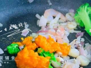 南瓜海鲜意面,加入西兰花、南瓜泥,炒1分钟。