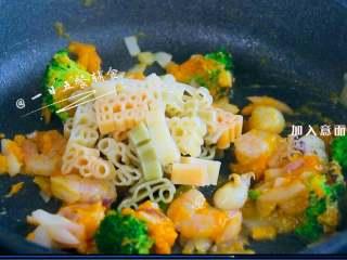 南瓜海鲜意面,加入意面,使意面挂满南瓜泥,加少许盐调味出锅。 >>如果放的是带壳海鲜,炒到开口,加入意面。