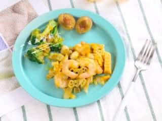 南瓜海鲜意面,满满的甜甜南瓜泥,均匀的裹着意面和海鲜,赏心悦目,鲜味十足,营养开胃。全家都爱吃。