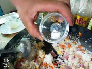 韩式泡菜炒饭,加入盐  翻炒三分钟即可