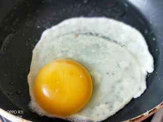 养颜营养早餐,打一颗鸡蛋,倒入一点点凉水