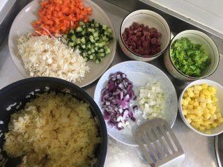 五彩炒饭+五彩菠萝炒饭,把其他材料都切丁备用
