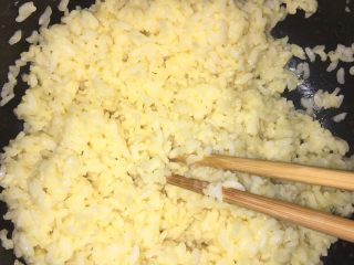 五彩炒饭+五彩菠萝炒饭,把两个鸡蛋打入隔夜米饭内,搅拌均匀,备用