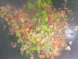 五彩炒饭+五彩菠萝炒饭,锅里倒入油,先放葱,再放胡萝卜,再放洋葱炒半分钟,在加入黄瓜丁,金针菇,炒半分钟,再放入牛肉丁,西兰花,加入适量的食盐,一起翻炒几分钟(放入菜的步骤可以根据自己定)