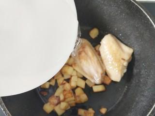 宝宝辅食-咖喱土豆鸡翅1Y+,加入适量水