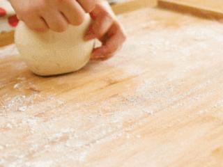 花式豆沙包12m+,揉面团,将面团内的空气揉出来~