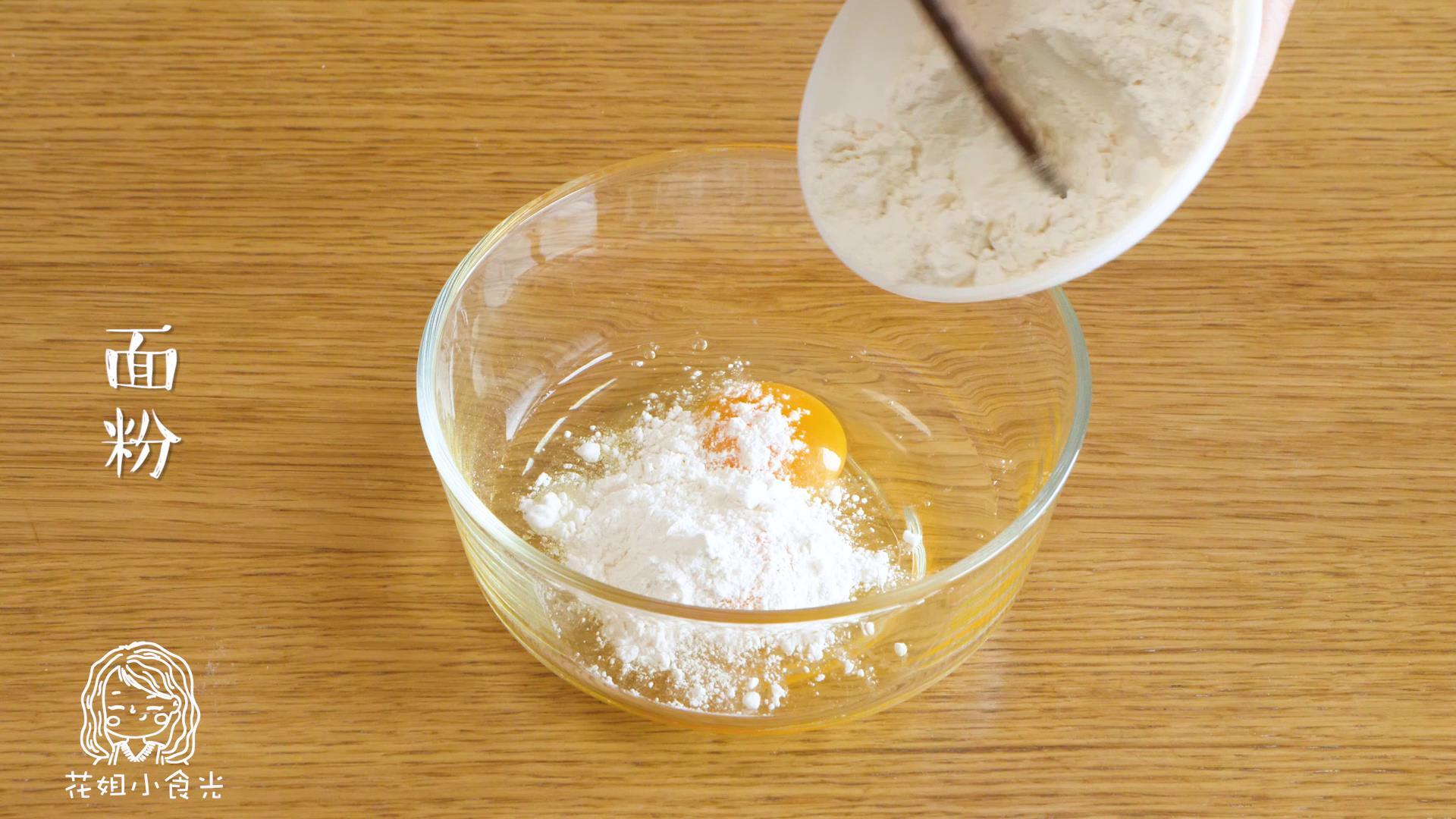 西红柿鸡蛋面12m+,将鸡蛋打入碗中,放入面粉~</p> <p>Tips:面粉要少放点,一点一点地加进去,直到搅拌成稀稠状(像下图这样)