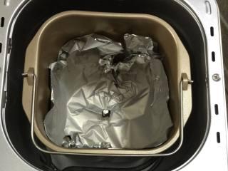 孜然肉串,面包机桶用锡纸垫好,这样烤好之后面包机会很容易清洗