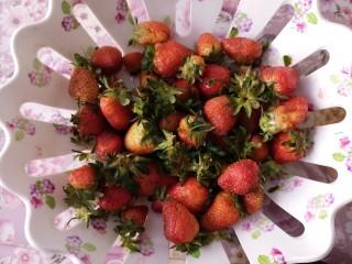 草莓糖水罐头,把草莓准备好