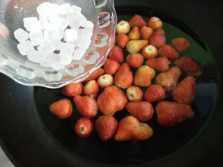 草莓糖水罐头,加入冰糖