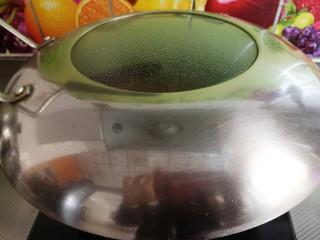 草莓糖水罐头,然后转小火煮,盖上盖子