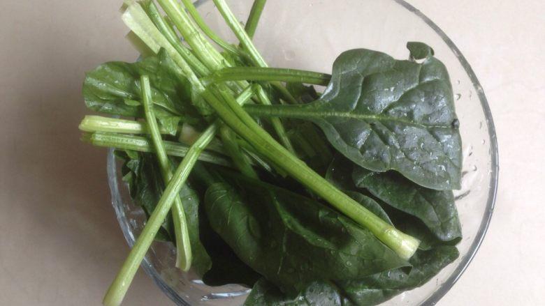 菠菜馒头,菠菜择洗干净。
