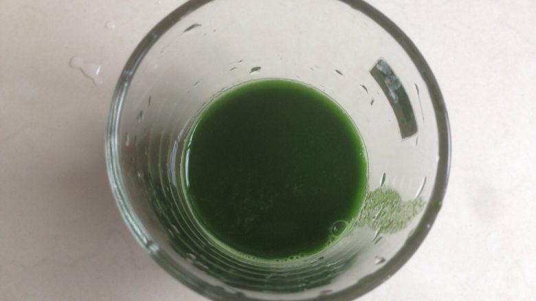 菠菜馒头,用过筛网过滤一下,这样做出来的馒头颜色更细腻,过滤好的菠菜汁隔热水+加温一下、再放入<a style='color:red;display:inline-block;' href='/shicai/ 731'>酵母</a>搅拌至溶解。