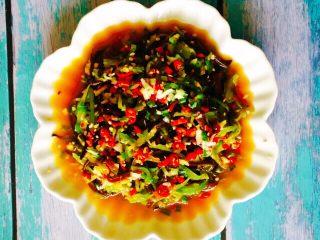 凉拌莴笋木耳丝,一道爽口营养的开胃小菜就做好了,如果不能吃辣的人可以不放小米椒也有味道的