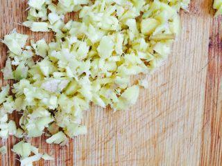 凉拌莴笋木耳丝,姜剁成姜末备用