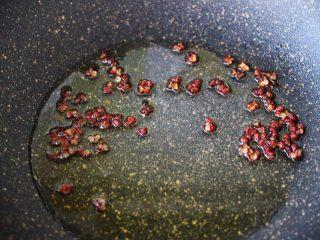 家常小炒爆三丝,热锅里加入花生油烧热后放花椒炸出香味