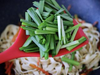 家常小炒爆三丝,再放入切段的韭菜