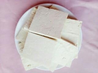 胡萝卜椒盐豆腐,切好的豆腐装盘子